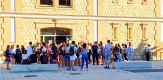 Alumnos a la espera de examinarse de la EBAU
